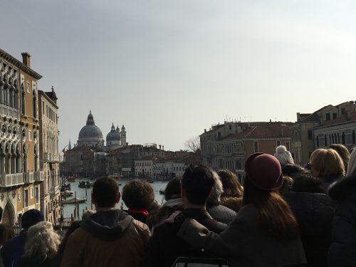 Pessoas assistindo o Carnaval de Veneza