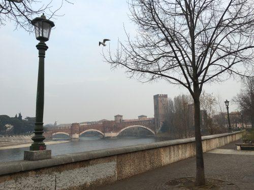 Vista de uma das pontes e do rio Adigeo