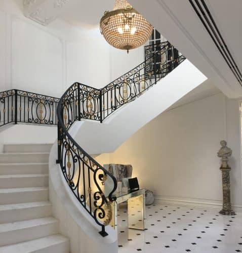 Escadaria e decoração da Maison Alexandrine