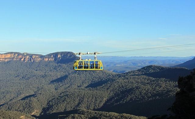 Teleférico passando por imensa floresta na Austrália