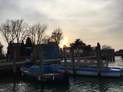 Barcos e o pôr do sol em Burano