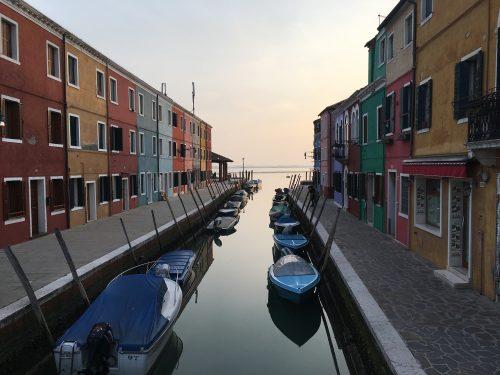 Casas coloridas e barcos em Burano