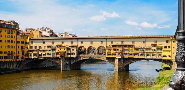 A Ponte Vecchio e o rio Arno abaixo