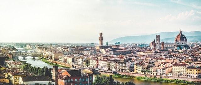 Vista panorâmica das casas, rio e horizonte de Florença