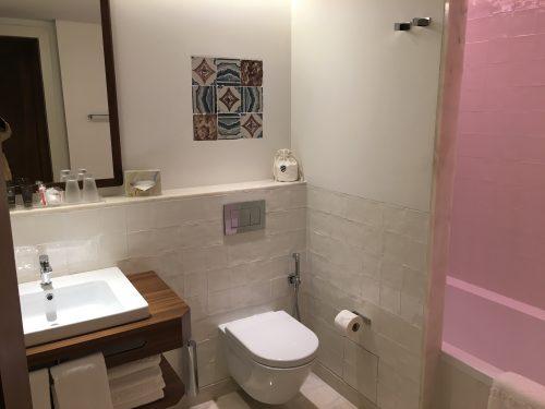 Azulejos portugueses e cromoterapia no banheiro do hotel