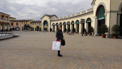 Turista fazendo compras na outlet em Milão