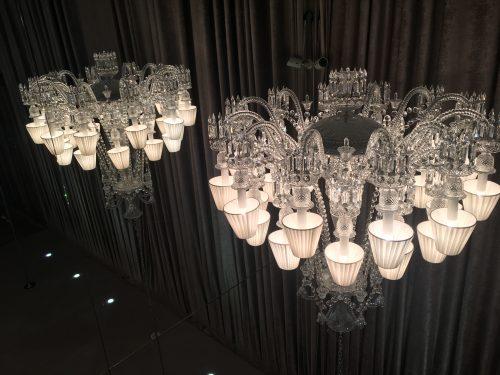 Lustres de cristal Baccarat expostos na loja
