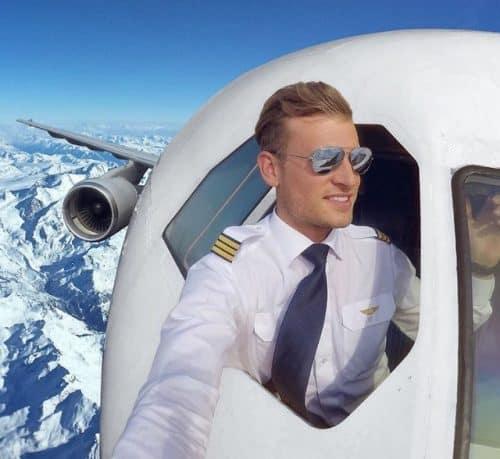 Selfie do Pilot Patrick na janela do avião