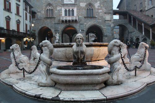Fontana Contarini no centro da Piazza Vecchia