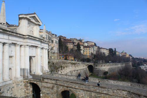 Muros venezianos e portal na cidade de Bérgamo