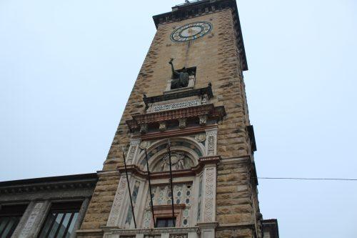 Frente da Torre Cívica em Bérgamo