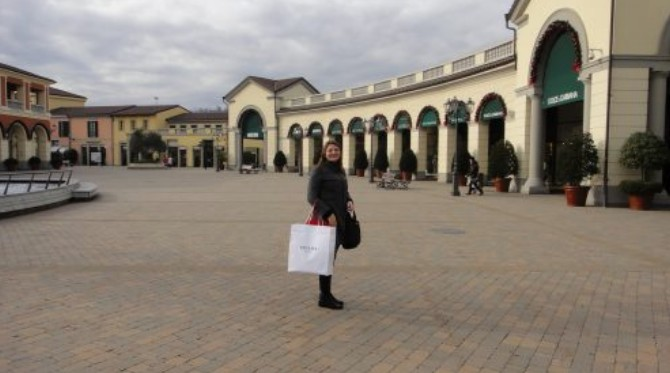 Interior da Serravalle Premium Outlet em Milão