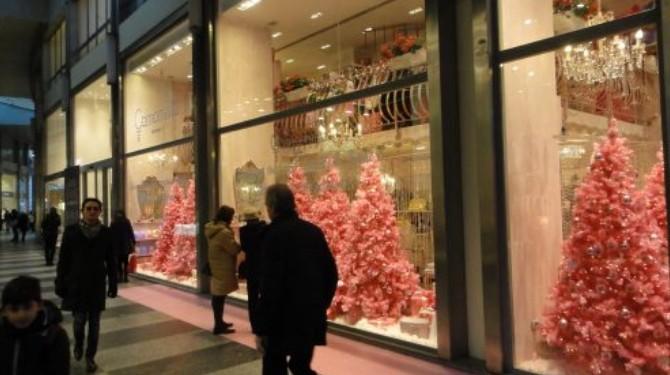 compras na europa: Vitrines do Quadrilátero da moda em Milão com decoração natalina