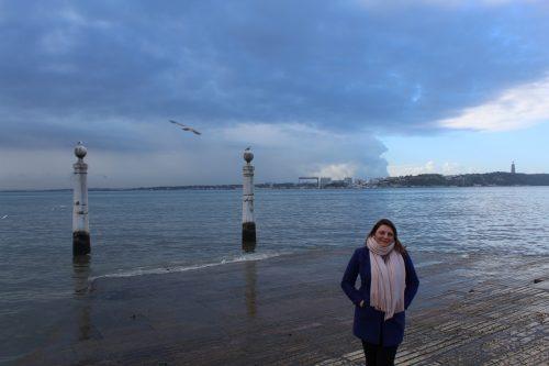 Movimento de turistas às margens do rio Tejo na região da Praça do Comércio