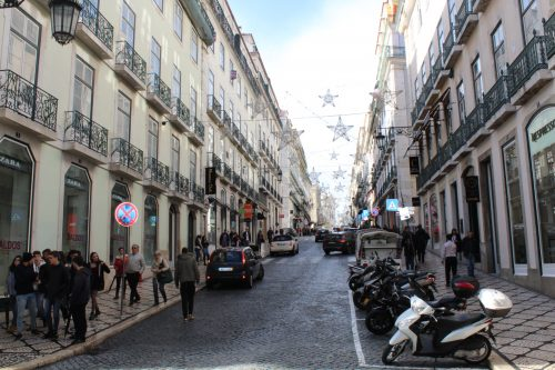 Rua do Bairro de Chiado decorada com motivos natalinos