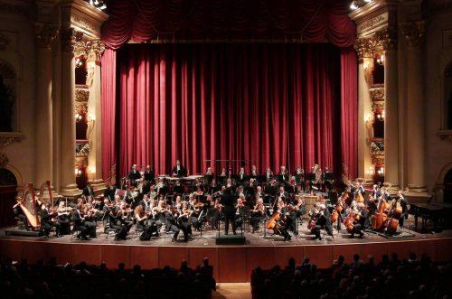 músicos tocando instrumentos no Teatro Filarmônico