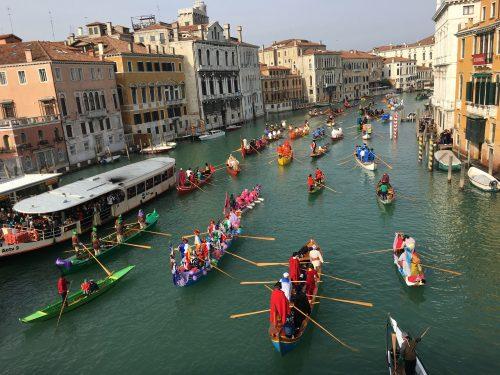 barcos com pessoas fantasiadas em carnaval veneziano