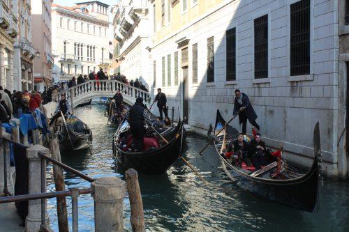 Veneza lotada de gente durante o carnaval