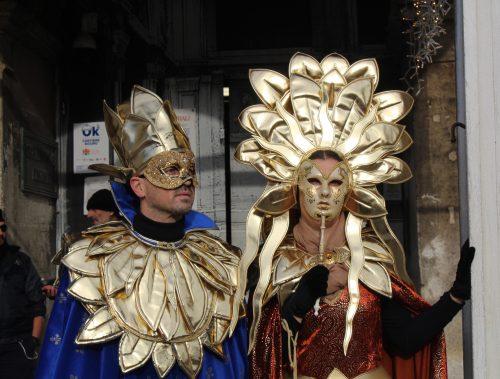pessoas com fantasias tradicionais no carnaval de Veneza