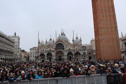 Turistas no carnaval de Veneza aguardando a Maria