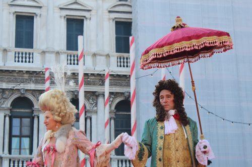 pessoas fantasiadas se divertindo no carnaval de Veneza