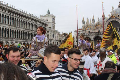 tradicional desfile das Marias na Praça São Marcos
