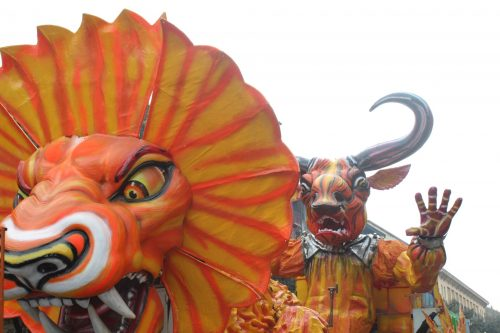 carros criativos e coloridos no carnaval de Verona