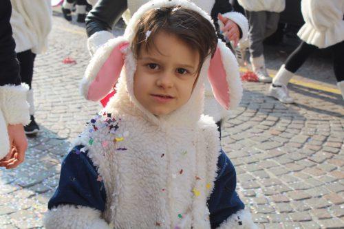crianças, doces e confetes no carnaval de Verona