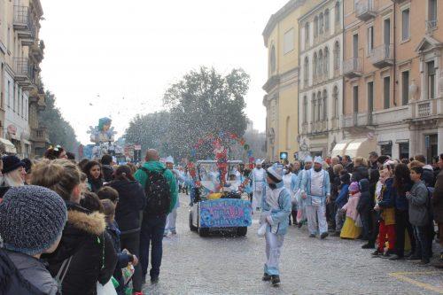 Carro desfilando no carnaval de rua de Verona