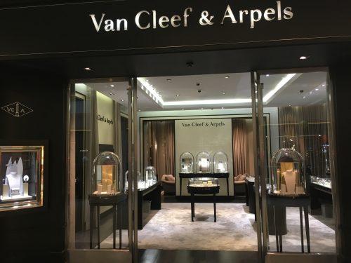Fachada da Van Cleef & Arpels no Brasil