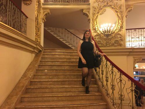 visitante no interior do Teatro Filarmônico