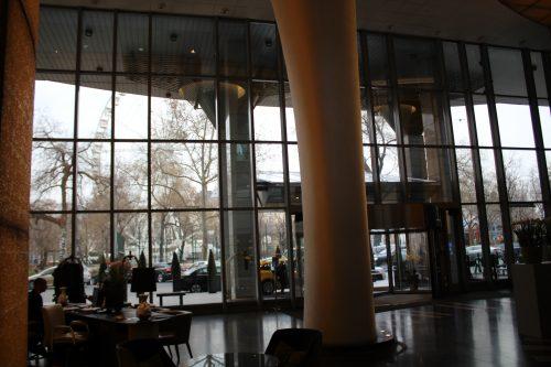 pé direito alto e luz ambiente no Kempinski Corvinus