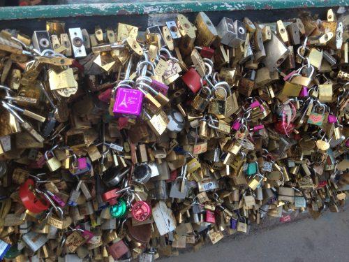 Cadeados colocados por turistas em pontes de Paris