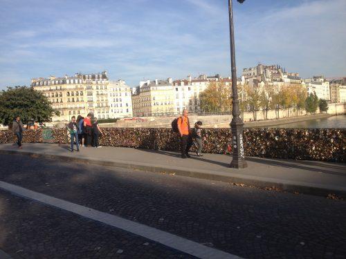 Cadeados colocados por turistas em Paris