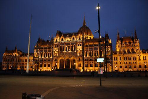 Parlamento Húngaro e a sua iluminação em Budapeste