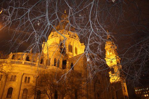 Fachada iluminada da Basílica Santo Estevão em Budapeste