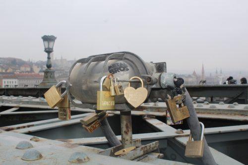 Cadeados colocados por turistas em Budapeste