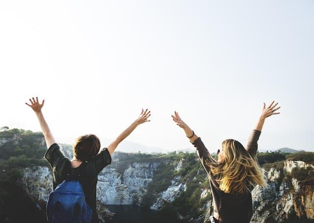 Amigos felizes vendo uma paisagem