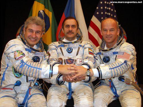 Encontro de astronautas de diferentes culturas