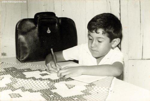 Astronauta Marcos Pontes estudando quando criança