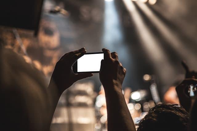 Pessoa usando o celular em evento