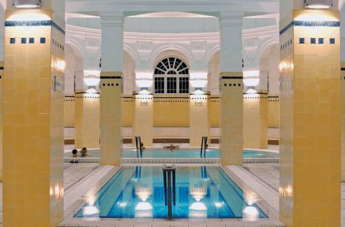 Piscinas dentro do Szechenyi Baths em Budapeste