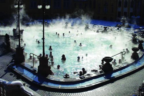 Piscina do Szechenyi Baths de noite