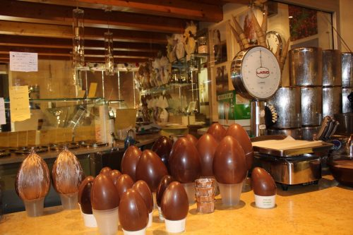 Produção de ovos de Páscoa na Zeno Gelato e Cioccolato