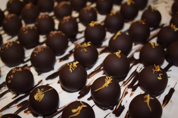 trufas de chocolate com enfeite de fruta no topo
