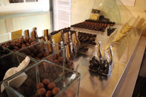 Diversos tipos de chocolate na Zeno Gelato e Cioccolato
