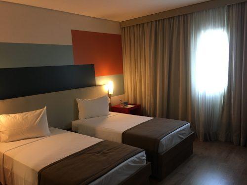 quarto amplo com camas no hotel Tryp do aeroporto de Guarulhos