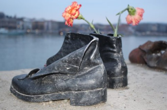 Monumento Shoes on the Danube Bank com flor