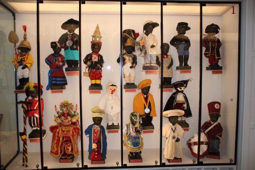 Variedade de roupas do Manneken Pis em Bruxelas