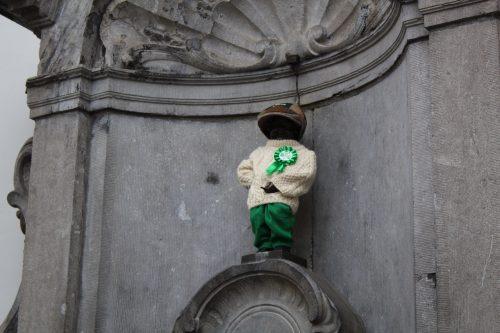 Estátua do Manneken Pis com roupa em Bruxelas